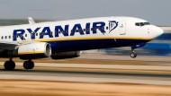 Landet eher, als dass sie startet: Ryanair-Flieger in Palma de Mallorca.