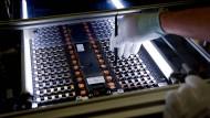 Ein Daimler-Mitarbeiter baut eine Batterie im sächsischen Kamenz zusammen. Bald sollen auch die Batteriezellen selbst in Deutschland gefertigt werden.