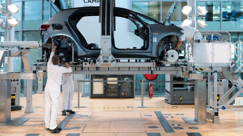 VW-Mitarbeiter in der Gläsernen Manufaktur in Dresden