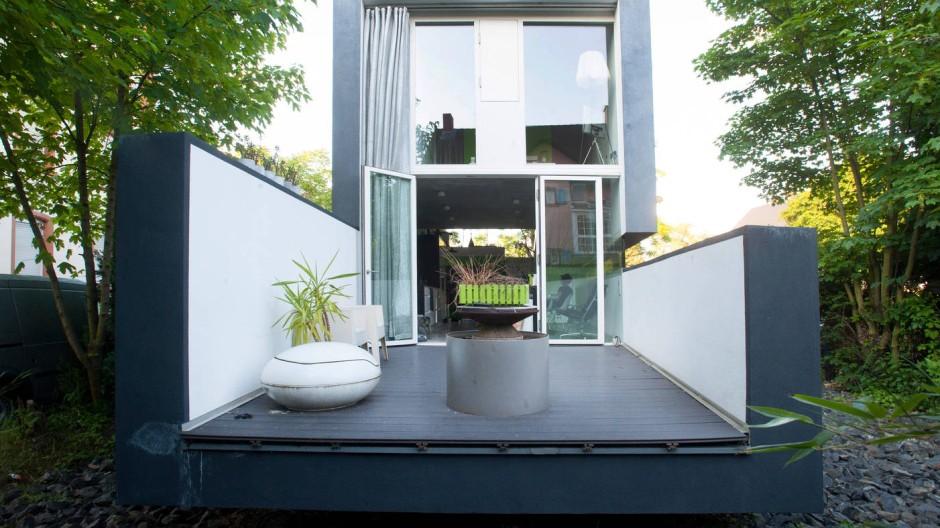 Wie eine Schublade schiebt sich die Terrasse aus dem Haus.