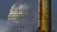 Qualm eines Kohlekraftwerks vernebelt den Blick auf das Kapitol in Washington D.C.