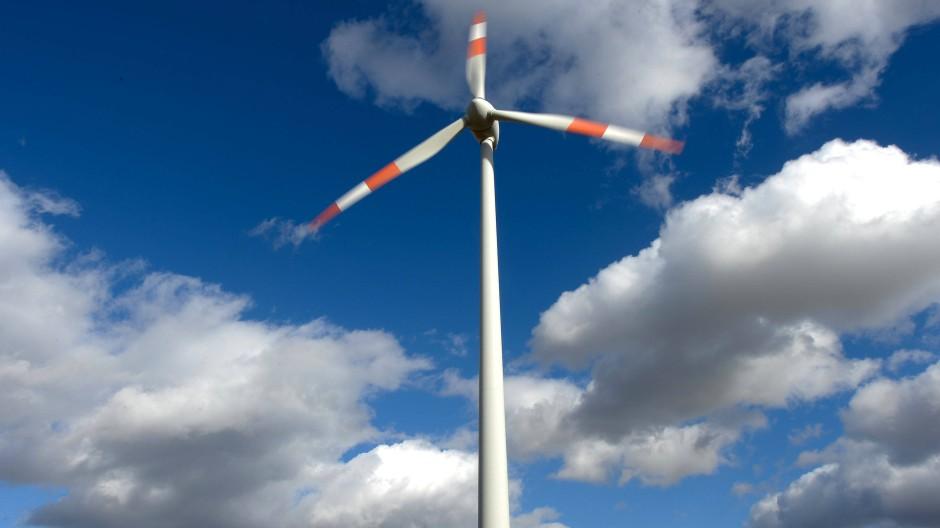 Ein Windrad dreht sich in der Nähe von Nieder-Gemünden im Vogelsbergkreis.