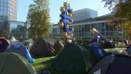 Nach den Protesten Hunderttausender gegen den Einfluss der Finanzindustrie am Samstag harren in vielen Metropolen Demonstranten in Zeltlagern aus.