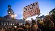 Junge Leute demonstrieren in Madrid.