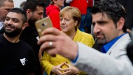 Selfie mit der Kanzlerin: Syrische Flüchtlinge kurz vor der Wahl in Greifswald.