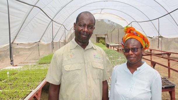 Familie Ngosa und ihr Smartphone gründen eine Farm