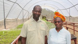 Familie Negosa und ihr Smartphone gründen eine Farm