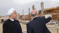 Irans Präsident Rohani (l.) und sein Ölminister begutachten einen neue Anlage nahe der iranischen Hafenstadt Assalouyeh.