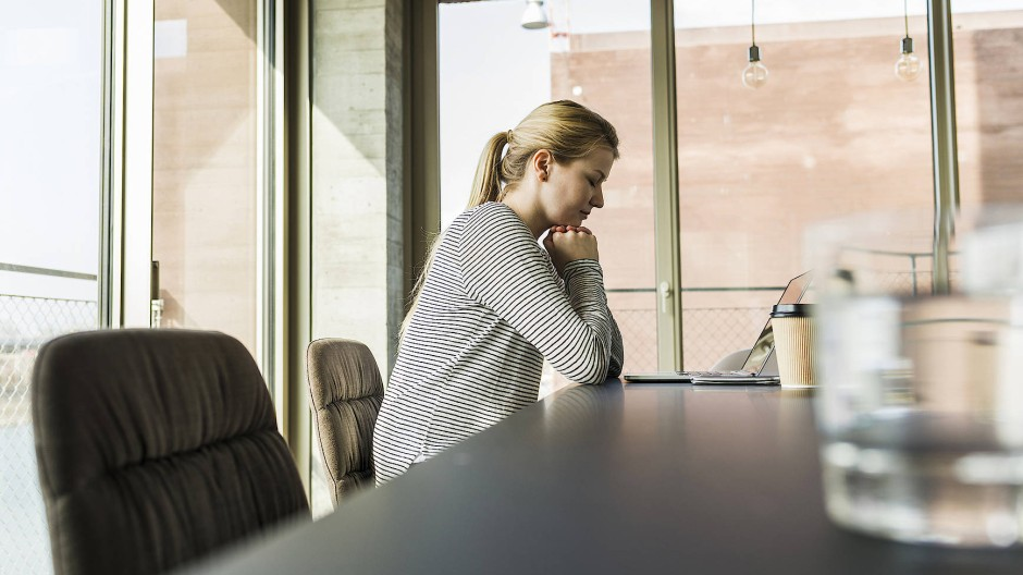 Immer mit der Ruhe: Nicht nur im Meditationskurs, auch am Schreibtisch können Stressgeplagte zu größerer Gelassenheit kommen.
