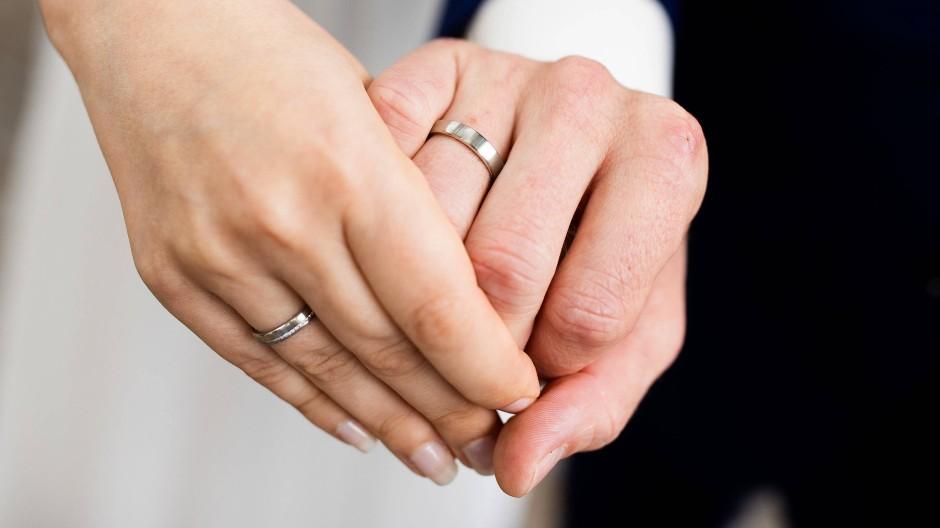 Die Ehe wirkt sich auch in der Besteuerung aus. Nicht alle finden richtig, wie das derzeit geregelt ist.