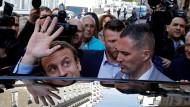 Noch ein Winken, dann ins Auto: Emmanuel Macron wird wohl neuer französischer Staatspräsident. Seine Aufgabe ist gewaltig.