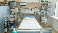 Ein Intensivbett auf einer Intensivstation der Uniklinik Dresden