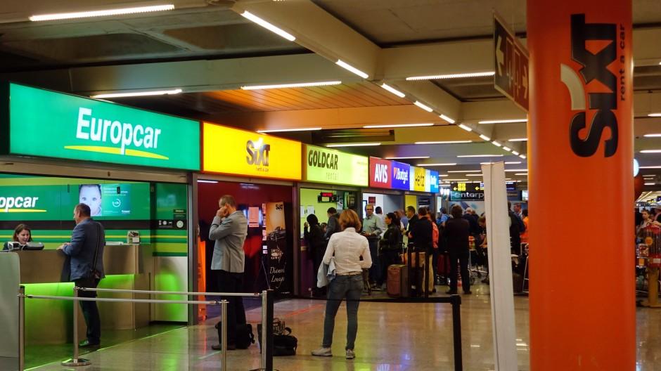 Büros verschiedener Autovermieter stehen am Flughafen von Palma de Mallorca: Mietwagen sind deutlich teurer geworden.
