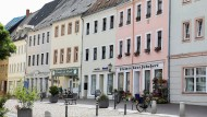 Schöne historische Häuser wie hier im sächsischen Leisnig ziehen deutsche Immobilienkäufer wieder mehr an.