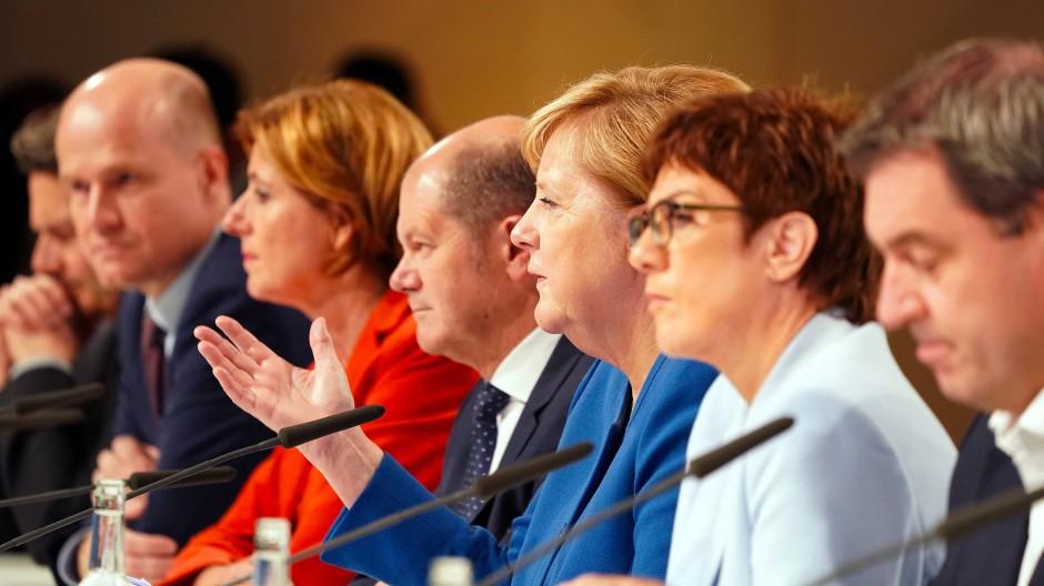 Kanzlerin Angela Merkel stellt mit ihrem Klimakabinett die Ergebnisse eines Kompromisses zum Klimapaket vor.