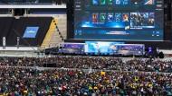 Volle Commerzbank-Arena in Frankfurt:  Am 29. Juni 2014 spielten die Na'Vis (rechts) gegen das Team Evil Geniuses (links) beim ESL One, dem größten E-Sport-Event des Computerspiels Dota 2 (Mulitplayer-Online-Blattle) aller Zeiten.