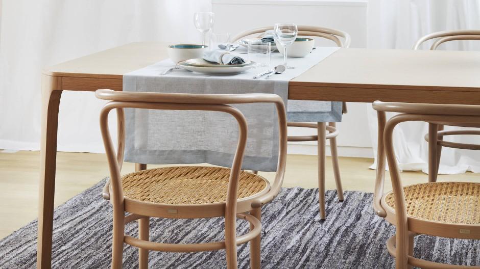 Stühle mit Korbgeflecht haben ihren typischen Klang.
