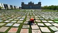 Abstandsregeln eingehalten: Die Aktivisten haben den Rasen vor dem Reichstag mit Protestbotschaften bedeckt.