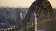 Seit 85 Jahren quert die Harbour Bridge die Bucht von Sydney. Sie ist die schnellste Verbindung für Züge, Busse, Automobile, Fußgänger und Fahrradfahrer.