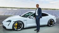 Porsche-Chef Oliver Blume vor dem Porsche Taycan