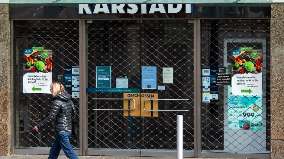 Die Kunden gehen vorbei: Geschlossene Karstadt-Filiale in Dortmund.
