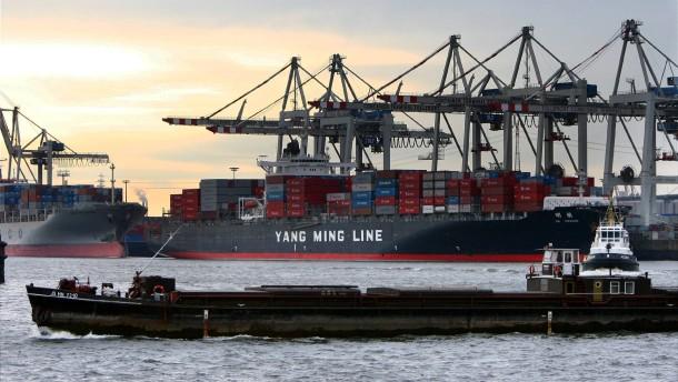 Schiffe im Hamburger Hafen - Gutes Jahr für Handelsflotte