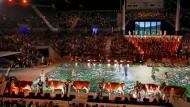 """Es sind nicht irgendwelche Kühe, die beim großen Fest der Schweizer Winzerbruderschaft gezeigt werden: 40 handverlesene, geschmückte Tiere werden gegen Mitternacht zur """"Ranz des vaches"""" in die Arena geführt."""