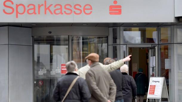 Immer mehr Kreditinstitute verlangen Negativzinsen