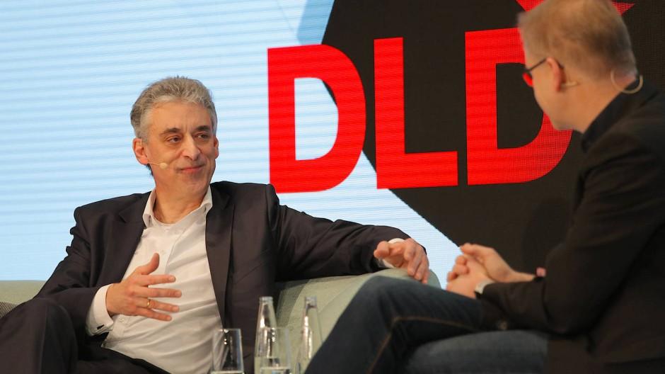 Postchef Appel auf der DLD-Bühne im Gespräch mit FAZ.NET-Chefredakteur Carsten Knop.