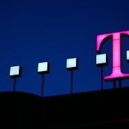 Das magentafarbene Logo auf dem Dach der Zentrale der Deutschen Telekom in Bonn.