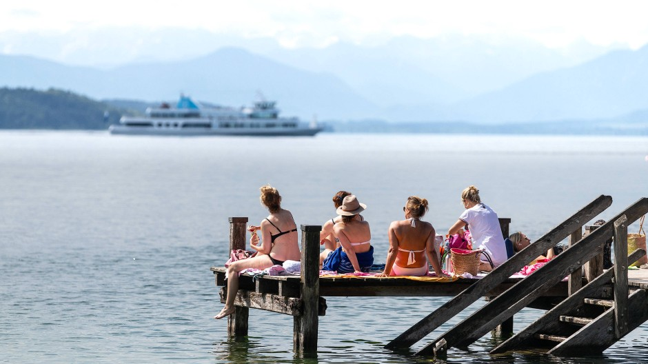 Reiche Gegend: Frauen sitzen am Ufer des Starnberger Sees.