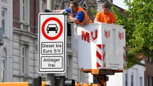 Hamburg stellt die ersten Fahrverbotsschilder auf