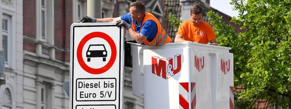 Verbotsschilder werden angebracht in der Max-Brauer-Allee in Hamburg.