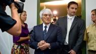 Formel-1-Chef Bernie Ecclestone betritt am Morgen das Landgericht München I