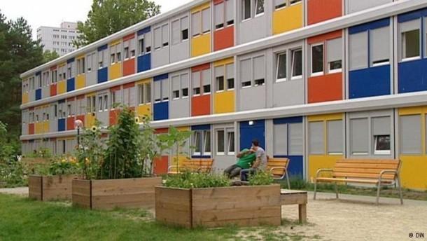 so wohnen fl chtlinge in notunterk nften in berlin. Black Bedroom Furniture Sets. Home Design Ideas