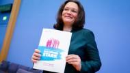 Arbeitsministerin Andrea Nahles mit dem Gesamtkonzept zur Alterssicherung: Die Tage könnte ein ähnliches Bild mit dem Armuts- und Reichtumsbericht folgen.