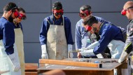 Flüchtlinge in Ingolstadt lernen den Wiederaufbau von Häusern und die Arbeit mit einem Schweißbrenner.
