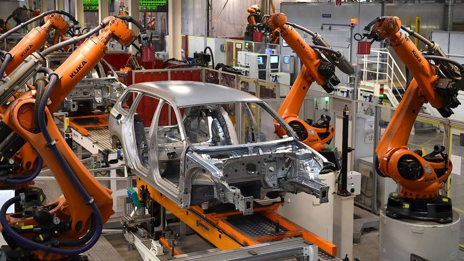 Was tun, wenn der Roboter den eigenen Job übernimmt? Roboter arbeiten bei Volkswagen in Emden (Niedersachsen) an einer Karosserie.