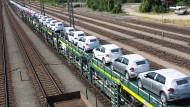 Ein Güterzug voller neuer VW-Modelle.
