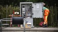 Durchblick im Kabelgewirr: Der Mangel an Spezialisten kann auch den Ausbau des Breitbandnetzes empfindlich stören.