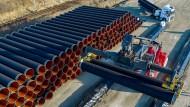 Großprojekt: Mit einem Spezialkran werden Rohre für Nord Stream 2 transportiert.