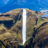 Skivergnügen sieht anders aus: In den Kitzbühler Alpen wurde im Oktober Restschnee aus dem Vorjahr zu einer Piste zusammengeschoben.