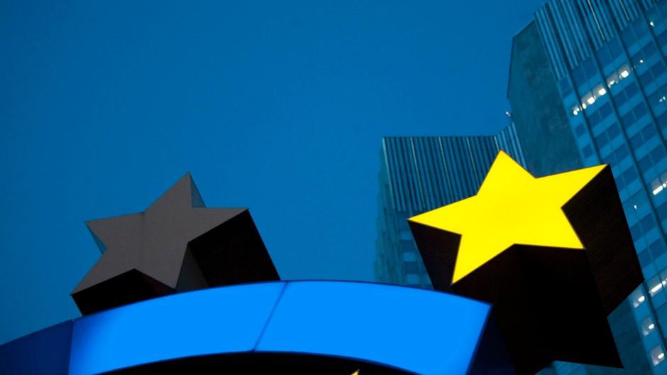 Vor der EZB leuchtet nur ein Stern am Euro-Symbol.