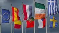 Ein Großteil der EU-Mitgliedstaaten musste in der Vergangenheit einigen Sorgenkindern bei deren Wirtschaft kräftig unter die Arme greifen. Deutsch-französische Ökonomen wollen nun die EU-FIskalregeln reformieren, damit Staatsverschuldungen besser abgebaut werden können.
