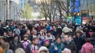 Gedränge in Dresden: Viele Menschen drängeln sich auf einer Einkaufspassage in der Stadt.