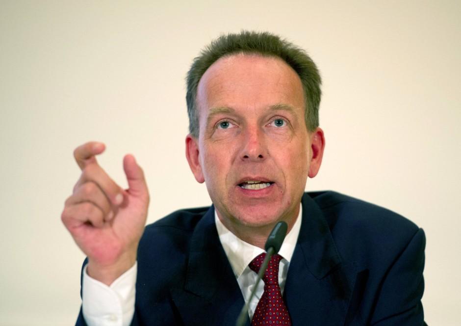 Prof. Dr. Stefan Homburg lehrt Öffentliche Finanzen an der Leibniz Universität Hannover und berät bei den aktuellen Verfassungsbeschwerden in Karlsruhe die Klägerseite.