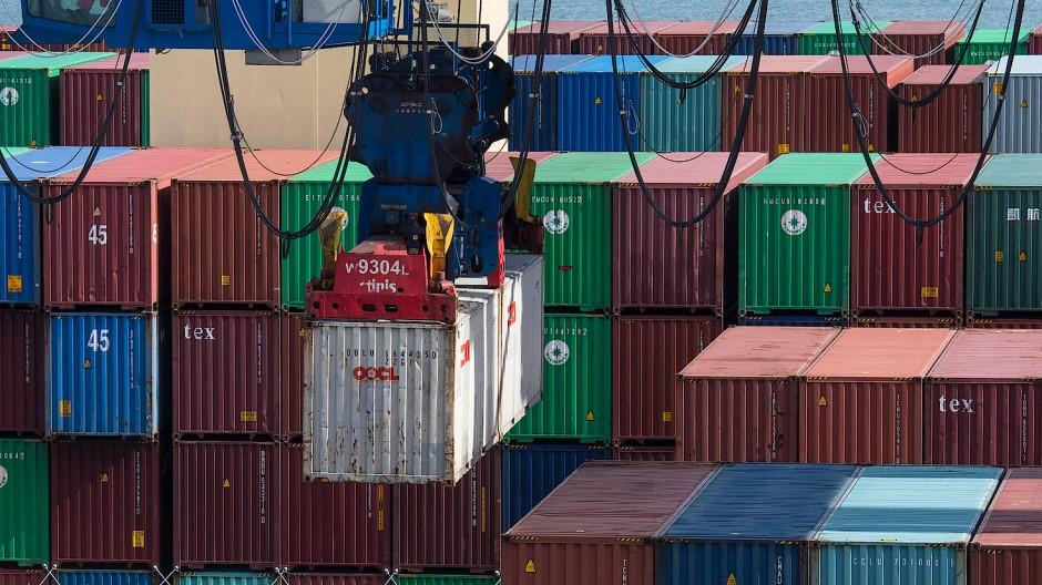 Container werden in Wilhemshaven verladen. Protektionismus erhöhe das Risiko einer Eskalation internationaler Handelsstreitigkeiten, warnt die Bundesbank (Archivbild).