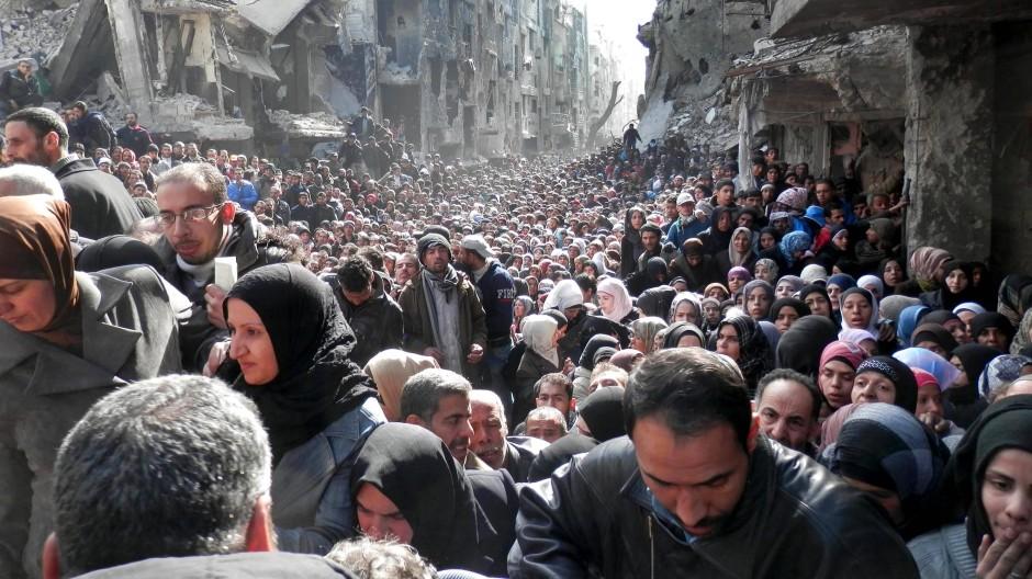 Anstehen für Brot in Damaskus: Fast die Hälfte der syrischen Bevölkerung ist aus dem Bürgerkriegsland schon geflüchtet, aber die wenigsten sind der Armut entkommen