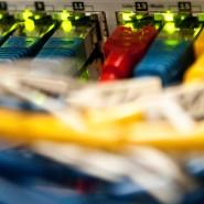 So sieht es bei den Internet-Providern aus: Netzwerk-Kabel in einem Großrechner.