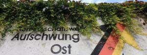 """Eine verwitterte Betonwand in Magdeburg mit dem Schriftzug """"Aufschwung Ost"""""""